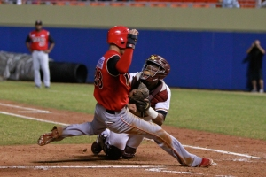Martin Maldonado gets ready to make the tag at the plate.  From Indios de Mayaguez website